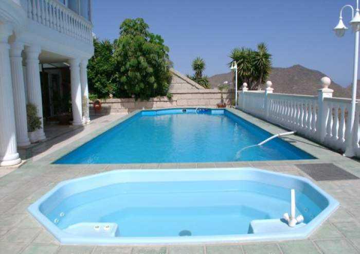 Ferienwohnung im sonnigen Süden mit großem Pool und Terrasse