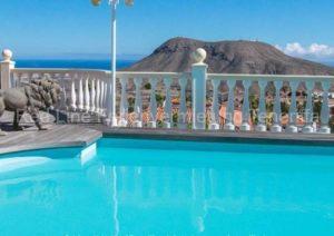 Luxus–Ferienwohnung im sonnigen Süden mit großem Pool und Terrasse