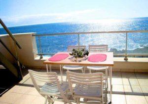 Teneriffa. Preiswerte private Ferienwohnung in vorderster Reihe am Meer mit Balkon und Dachterrasse.